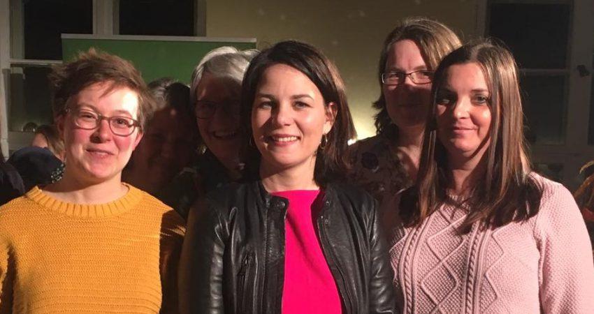 Die grüne Bundesvorsitzende, Annalena Baerbock, mit den Schulzendorfer Kandidatinnen: Claudia Stölzel (links), Michaela Lindovsky (rechts) und Christine Schütz (hinten).